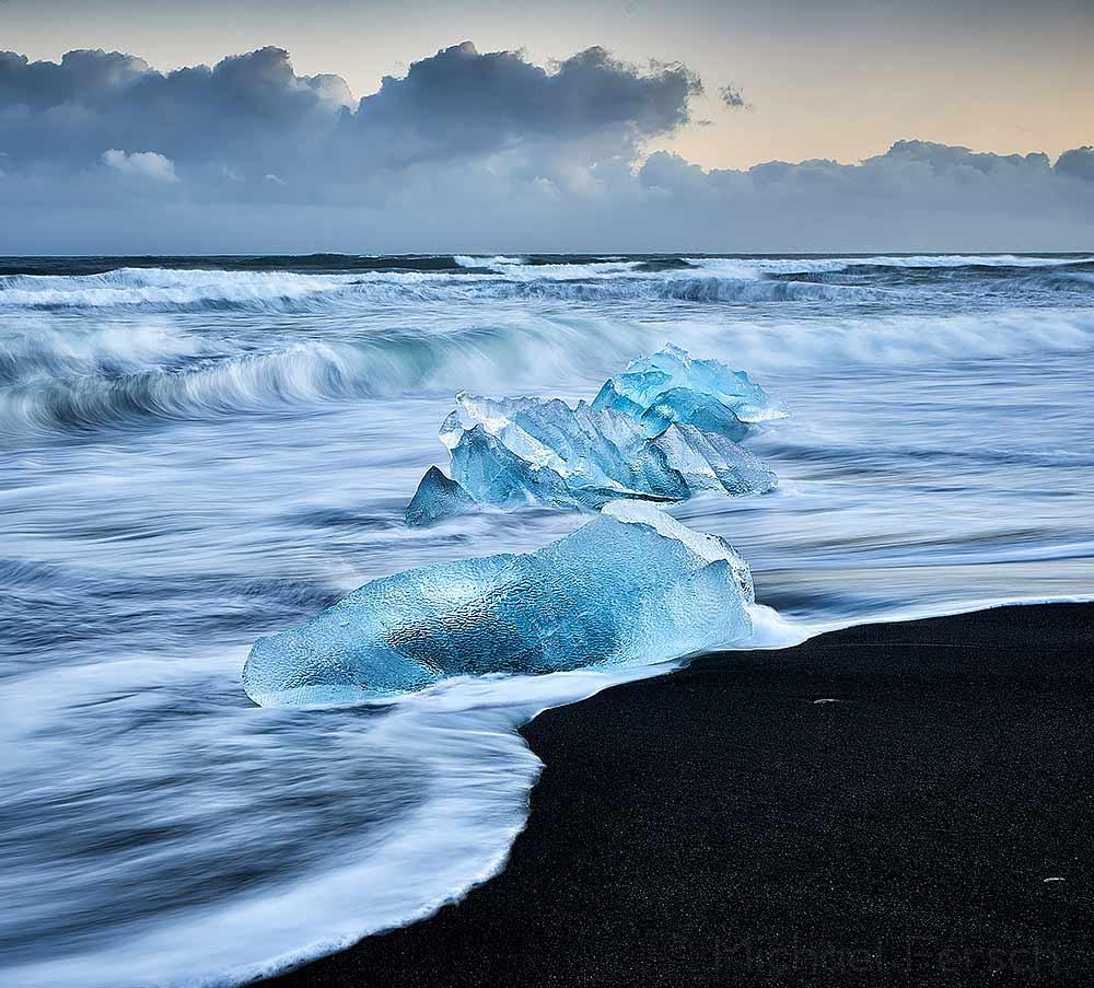 Eisberge am schwarzen Strand